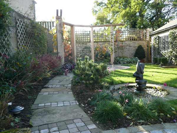 Garden layout designs small large courtyard gardens for Small garden layout